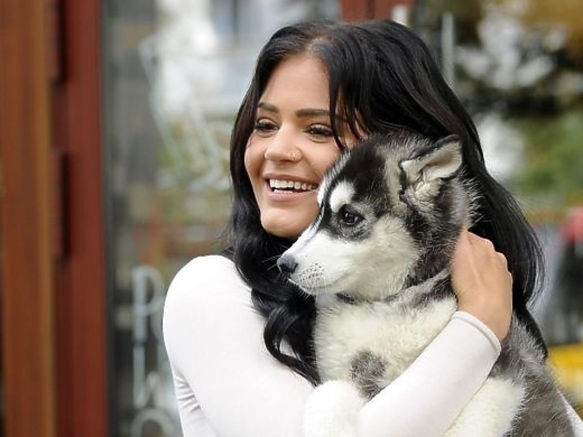 Honorata Skarbek z psem pod studiem Dzień Dobry TVN