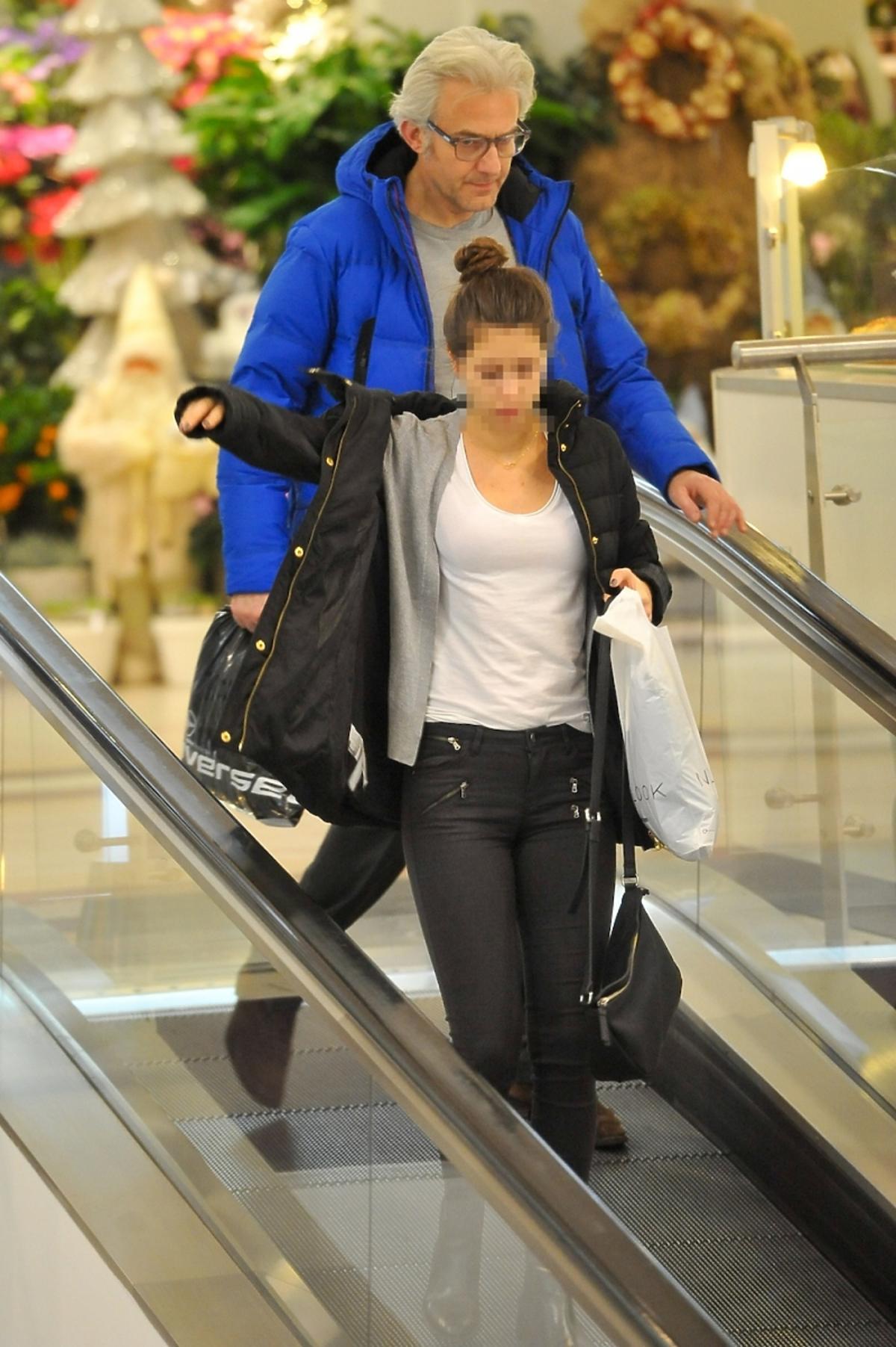 Hubert Urbański w niebieskiej kurtce na zakupach z córką