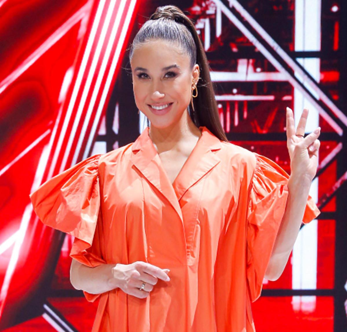 Ida Nowakowska w pomarańczowej oversizowej sukience na planie