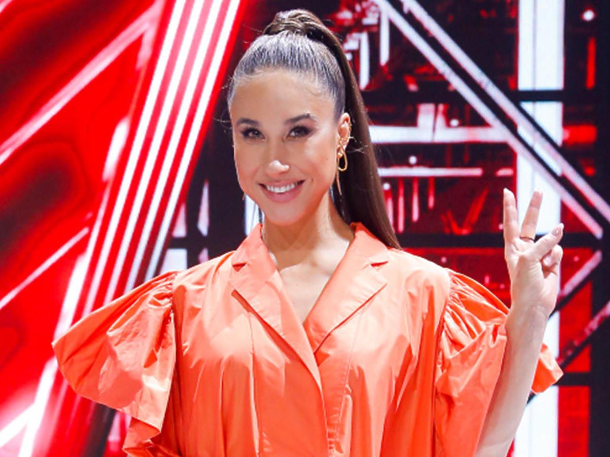 """Ida Nowakowska w pomarańczowej oversizowej sukience na planie """"The Voice Kids"""""""