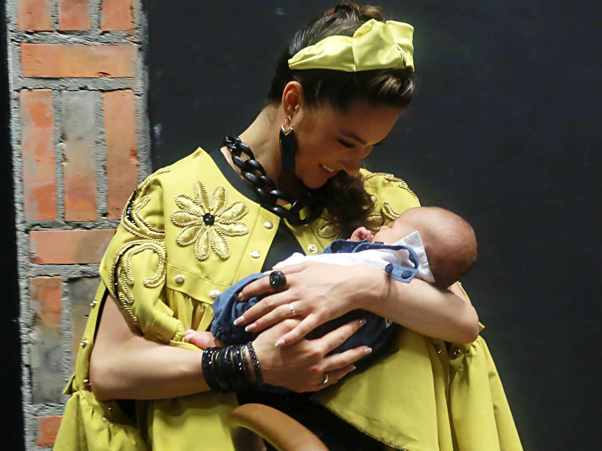 Ida Nowakowska w żółtej sukience przytula syna