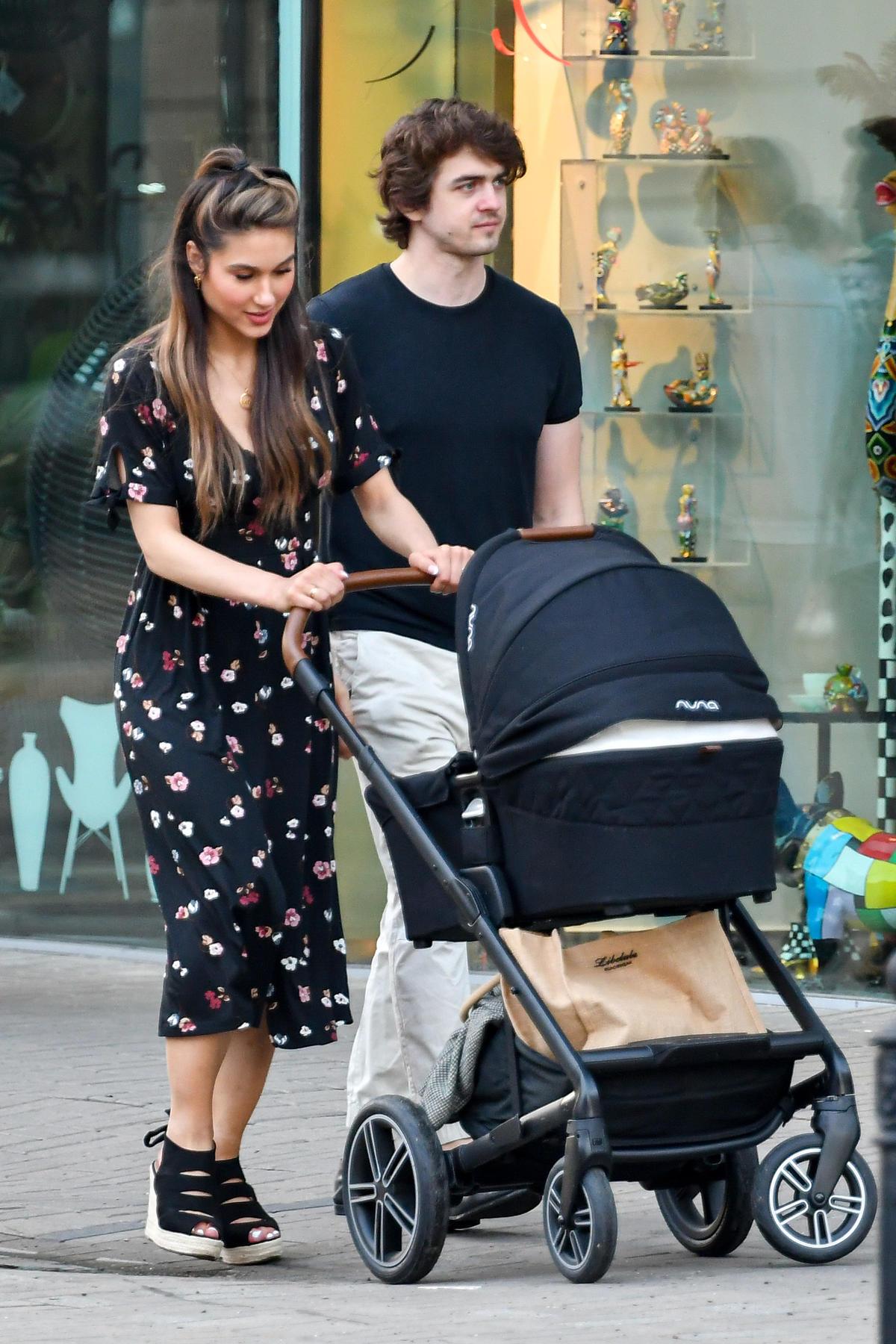 Ida Nowakowska z mężem i synem na spacerze