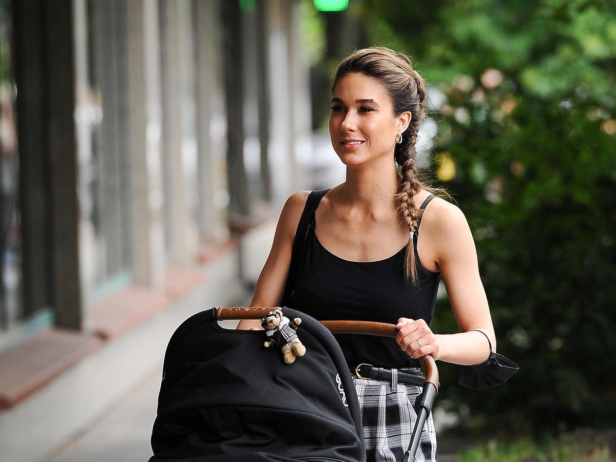 Ida Nowakowska z wózkiem na ulicy