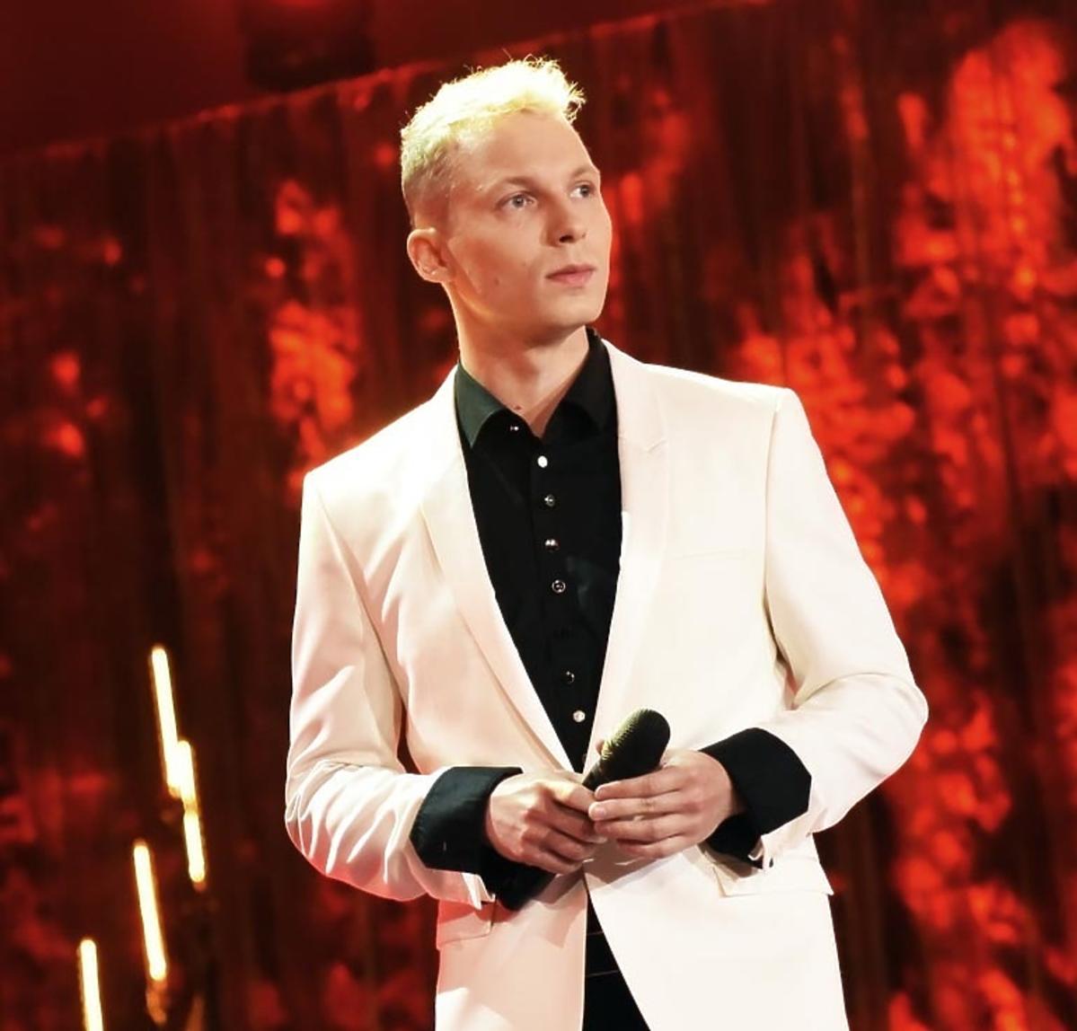 Igor Herbut w białym garniturze