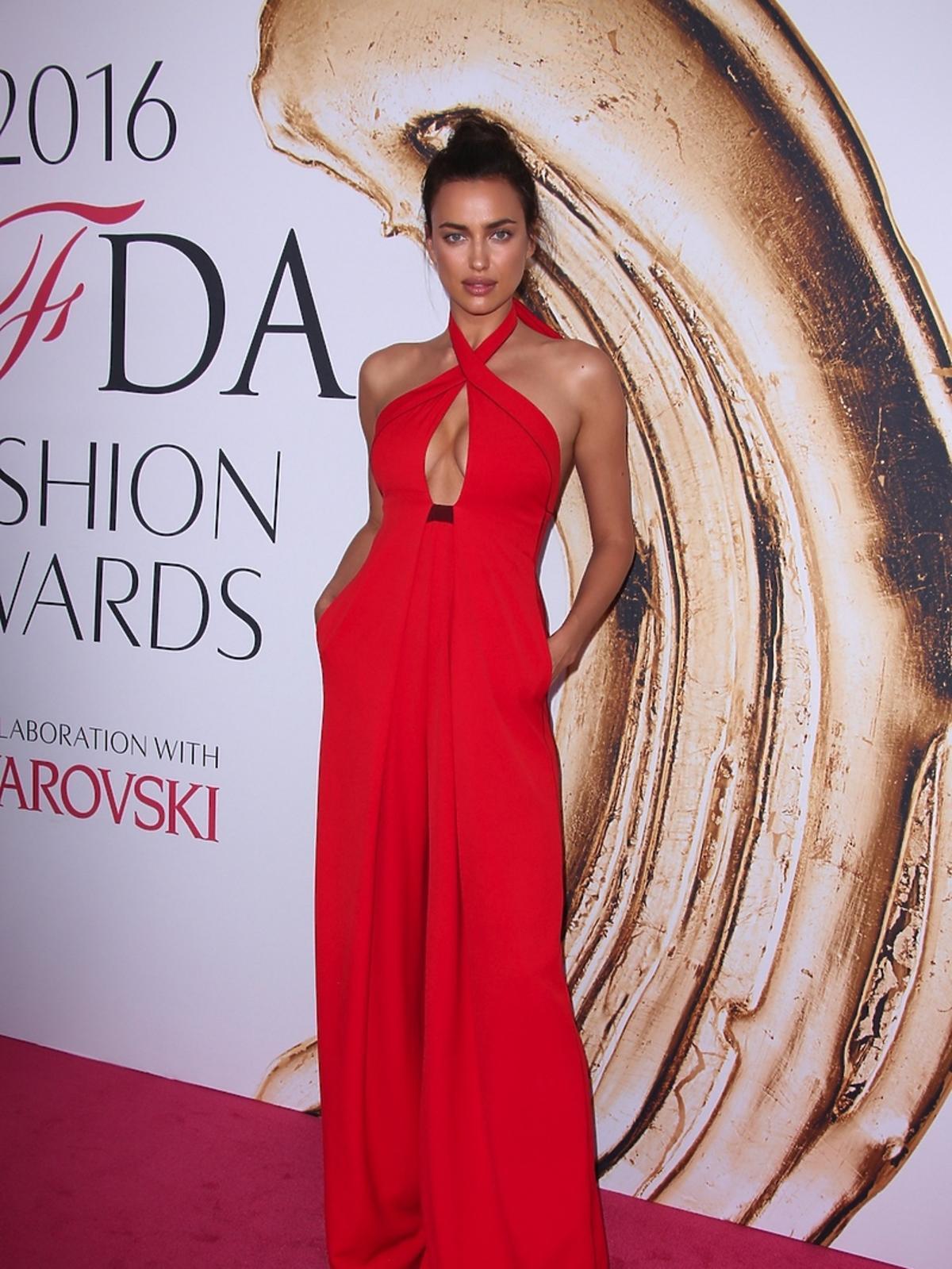 Irina Shayk w czerwonej sukience z dekoltem