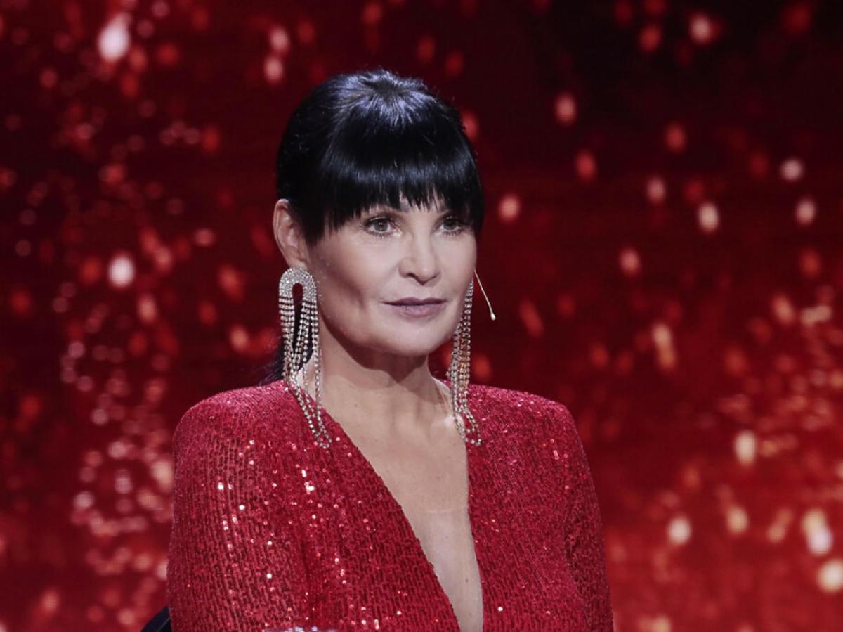 Iwona Pavlović w czerwonej sukience