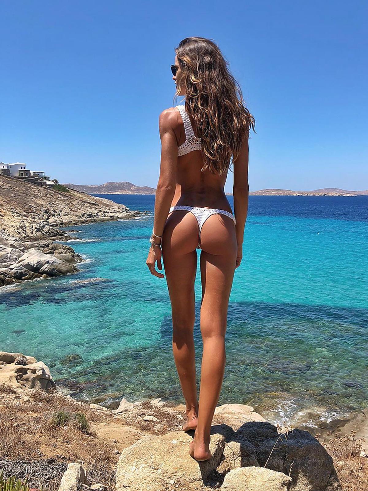 Izabel Goulart na plaży w Mykonos