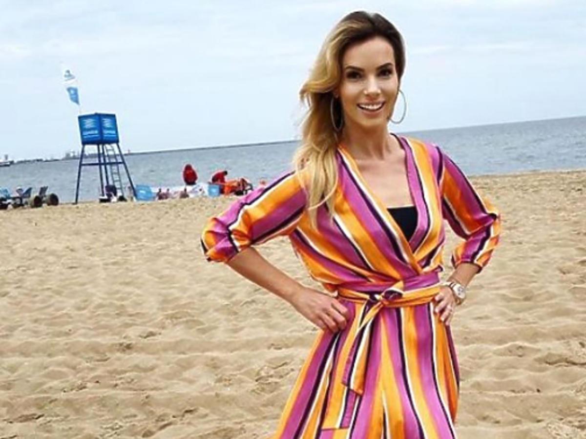 Izabela Janachowska w kolorowej sukni na plaży
