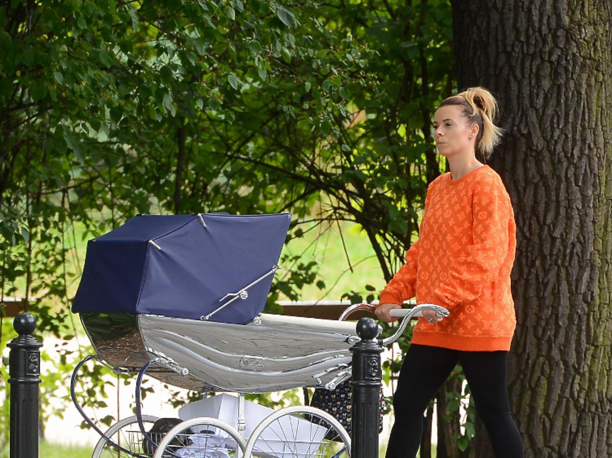 Izabela Janachowska z dzieckiem na spacerze
