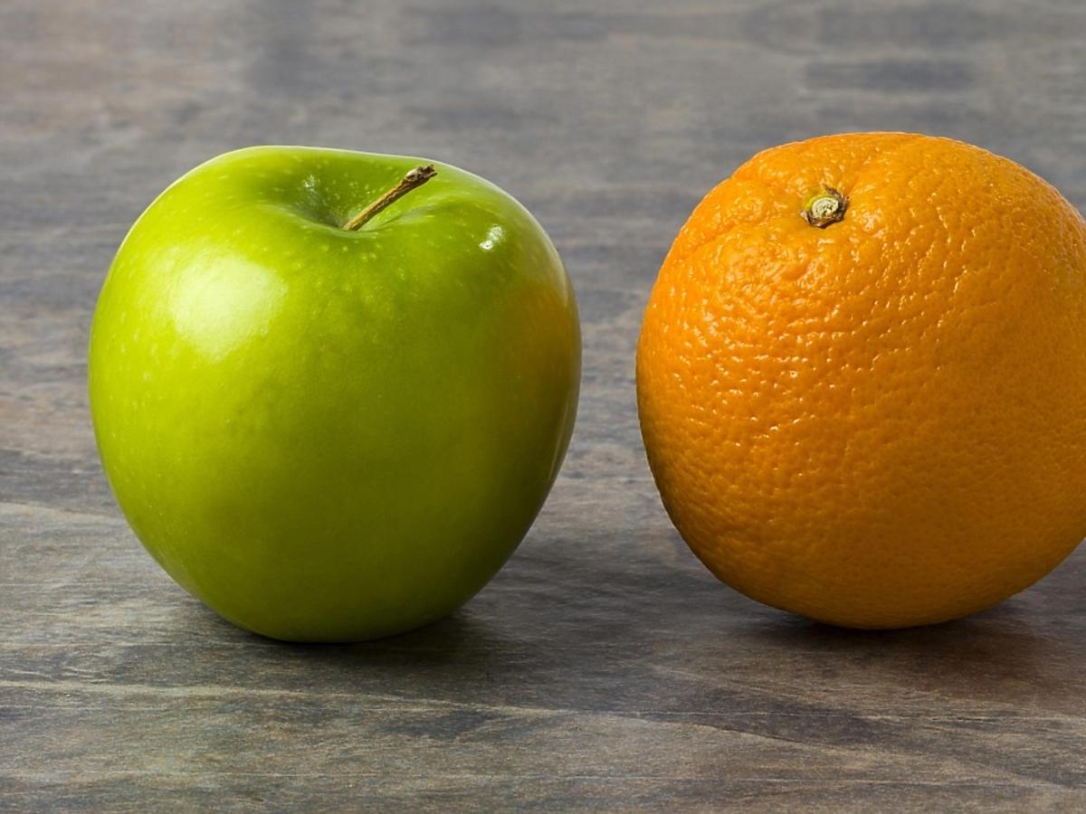 jabłko i pomarańcza na kamiennym stole