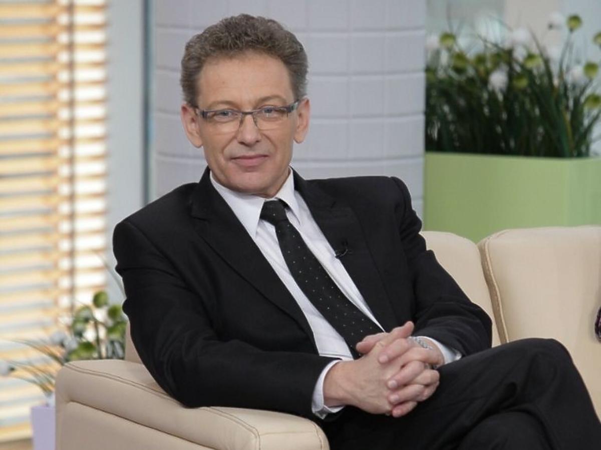 Jacek Borkowski w czarnym garniturze