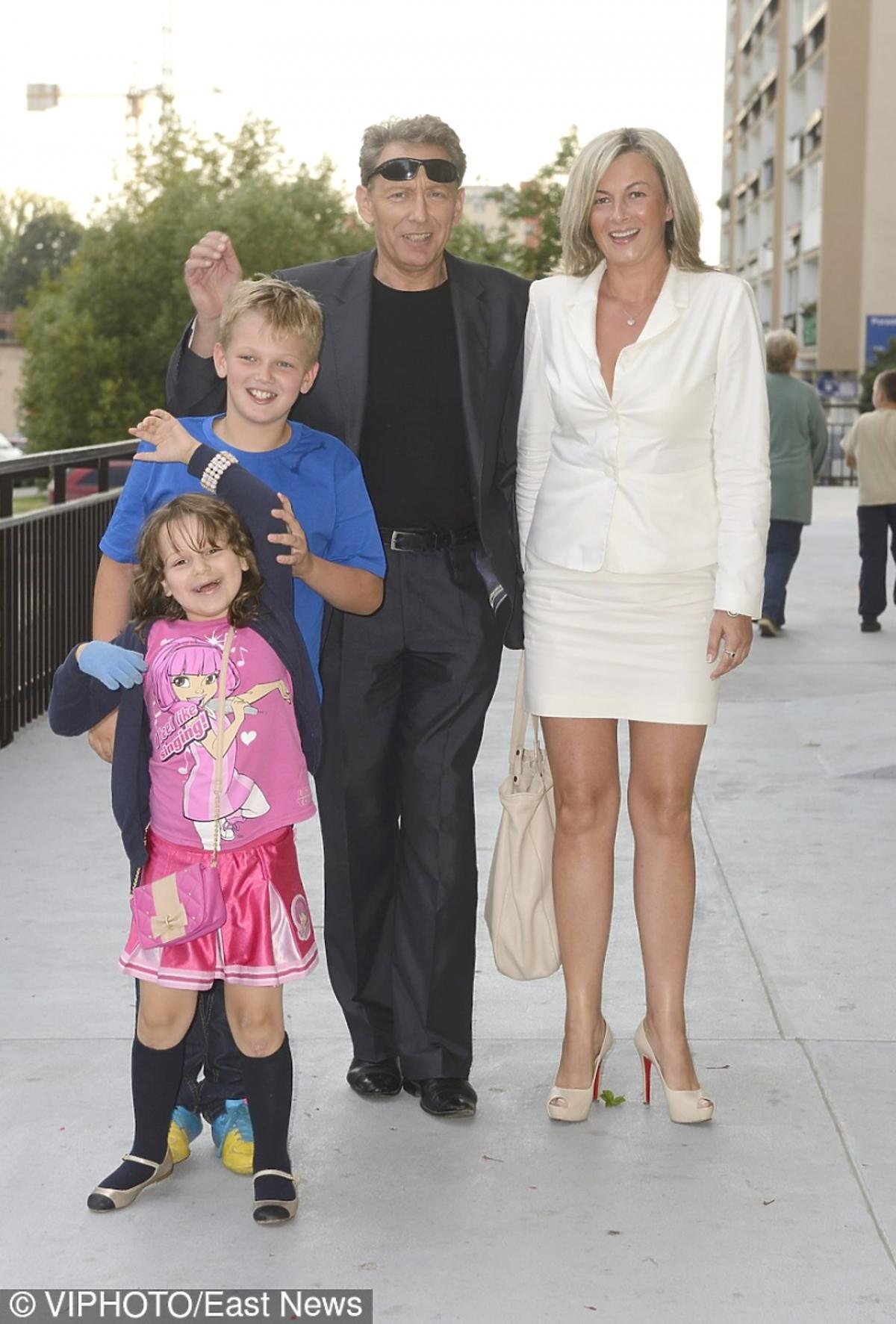 Jacek Borkowski z żoną i z dziećmi