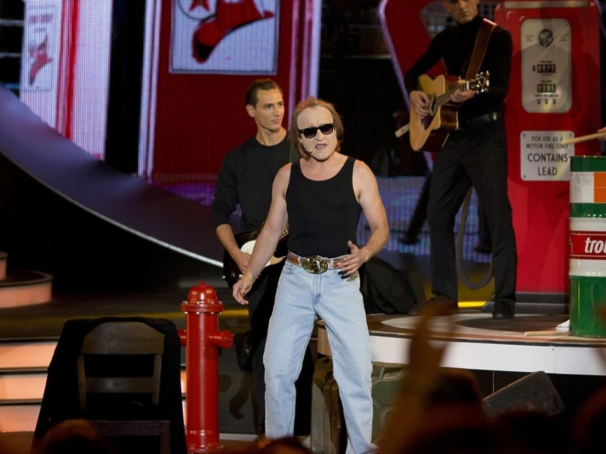 Jacek Kawalec jako Phil Collins w Twoja Twarz Brzmi Znajomo