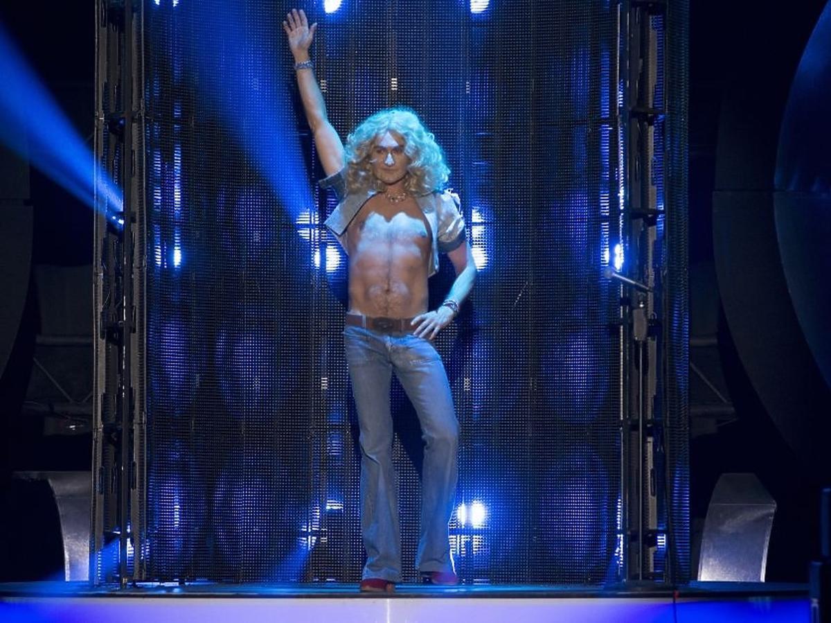 Jacek Kawalec jako Robert Plant w piątym odcinku Twoja Twarz Brzmi Znajomo