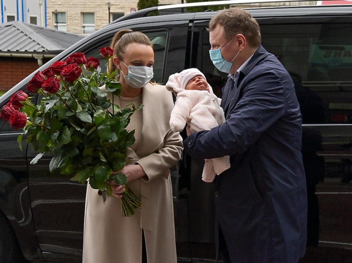 Jacek Kurski odbiera żonę i córkę ze szpitala