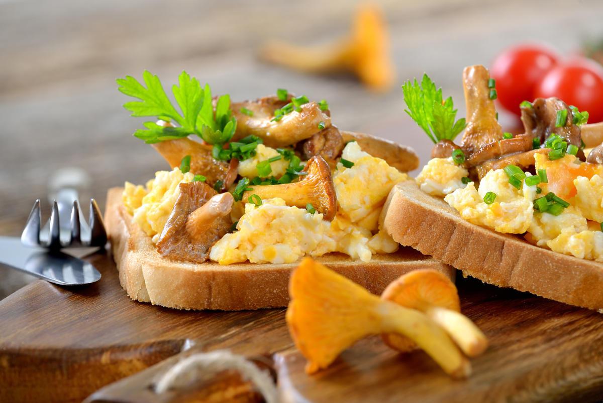Jajecznica z grzybami na chlebie