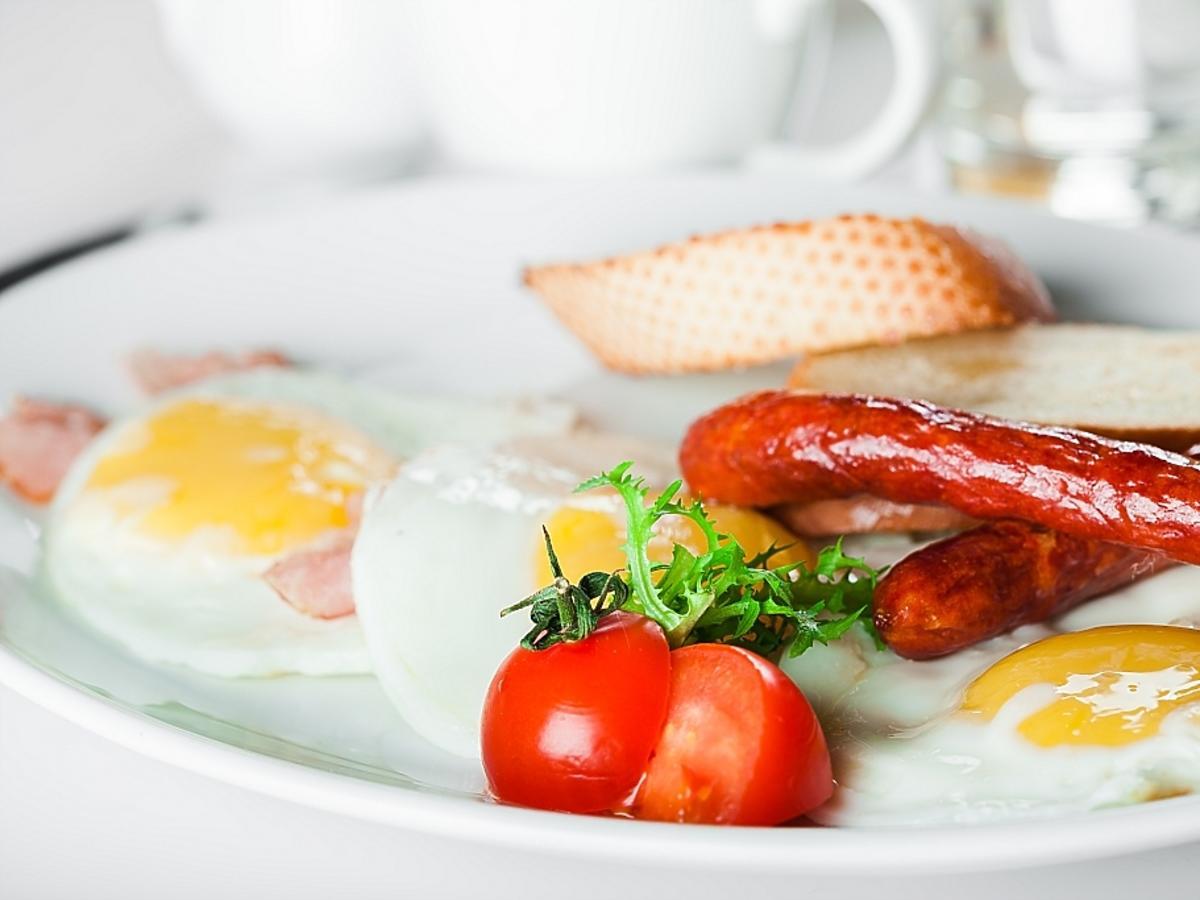 jajka, pomidory i kiełbasa