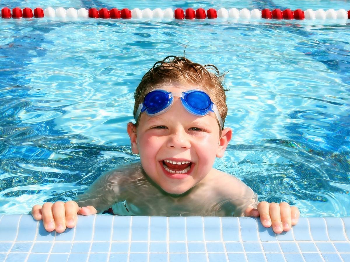 Jakie akcesoria do pływania dla dzieci zabrać na basen?