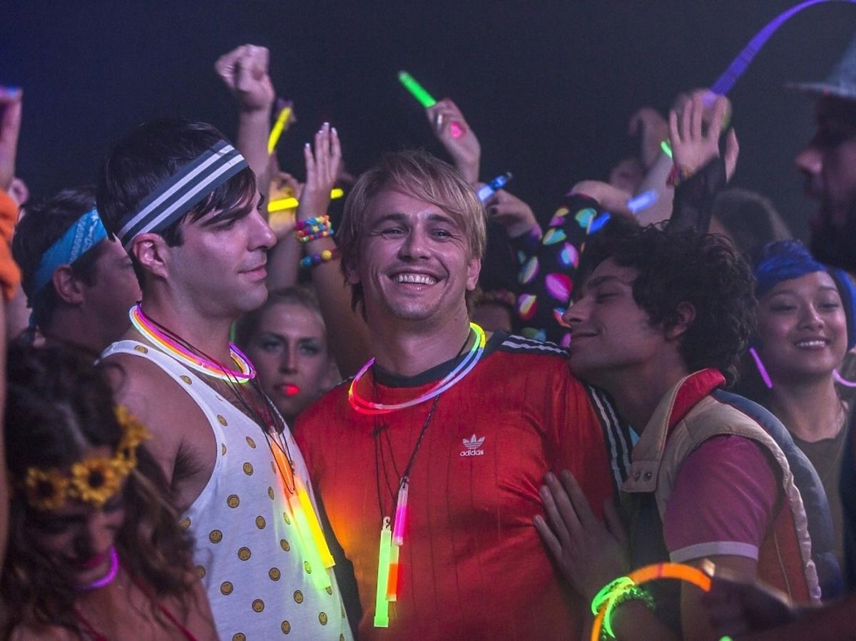 James Franco w kolorowej bluzce na gejowskiej dyskotece