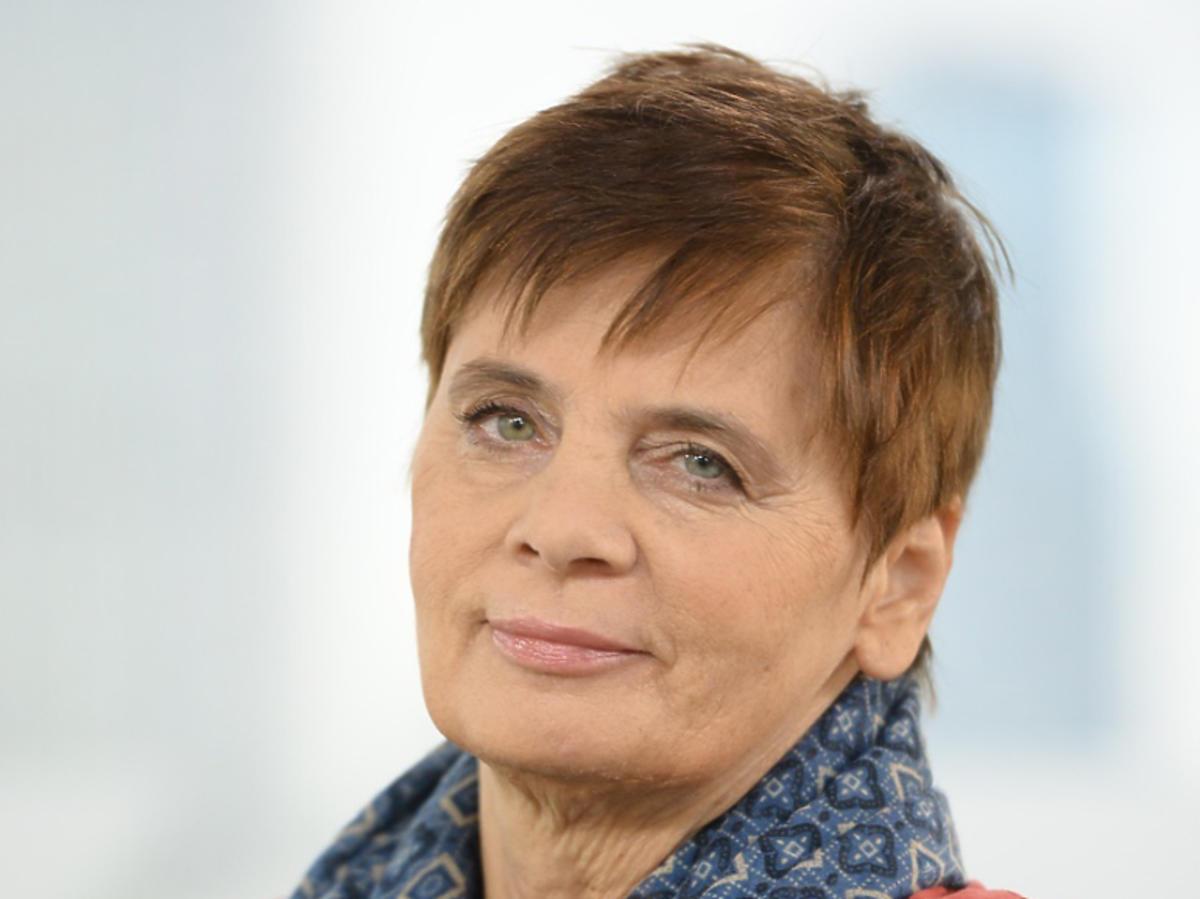 Janina Ochojska w czerwonym swetrze