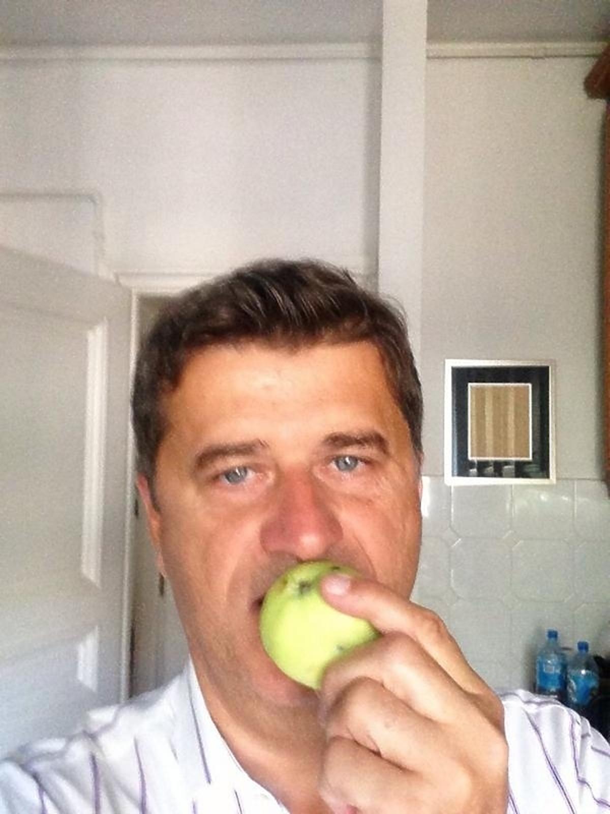 Janusz Palikot zachęca do jedzenia jabłek