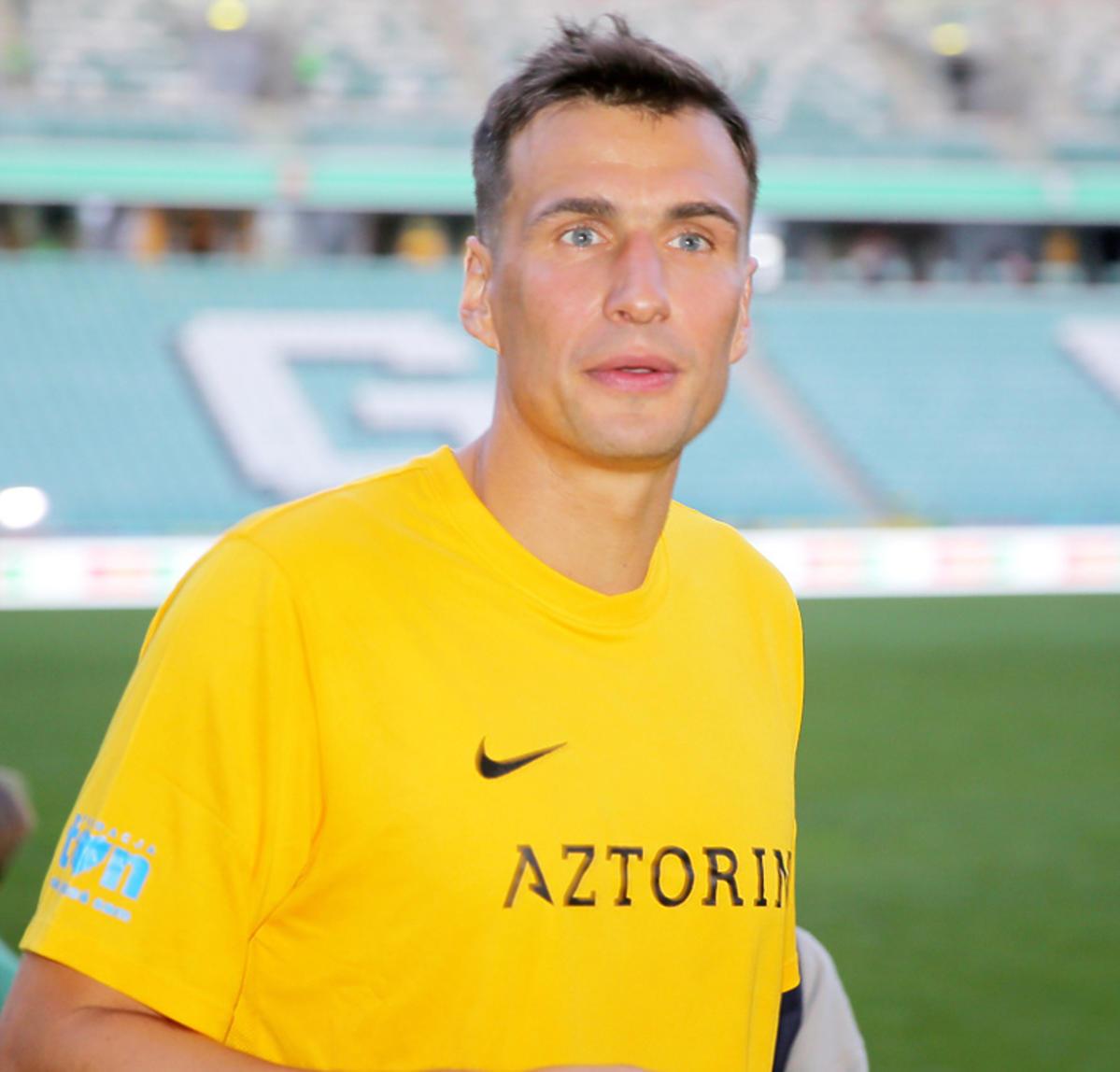 Jarosław Bieniuk na boisku podczas meczu TVN