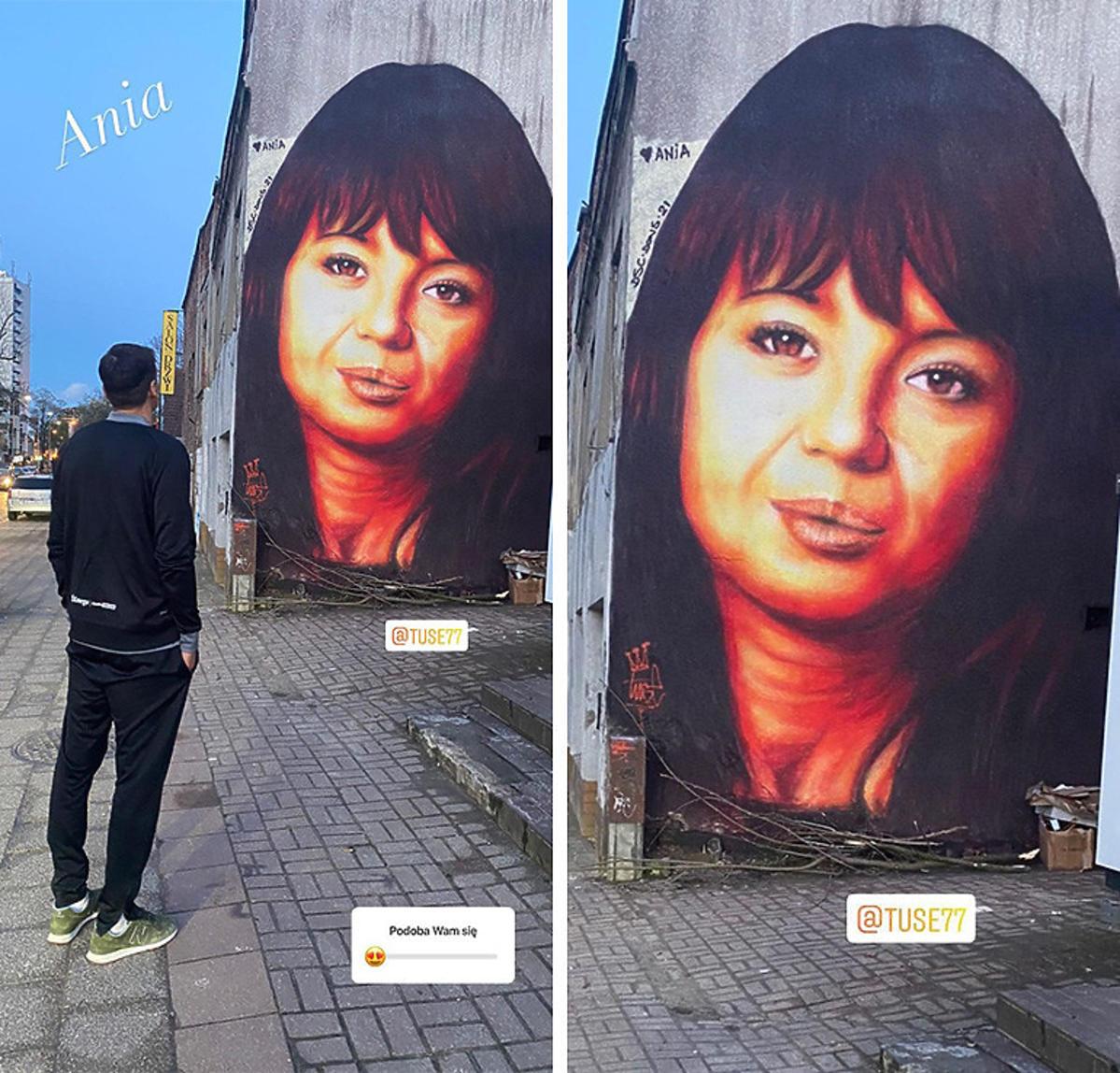 Jarosław Bieniuk pozuje z wizerunkiem Anny Przybylskiej na muralu w Gdańsku
