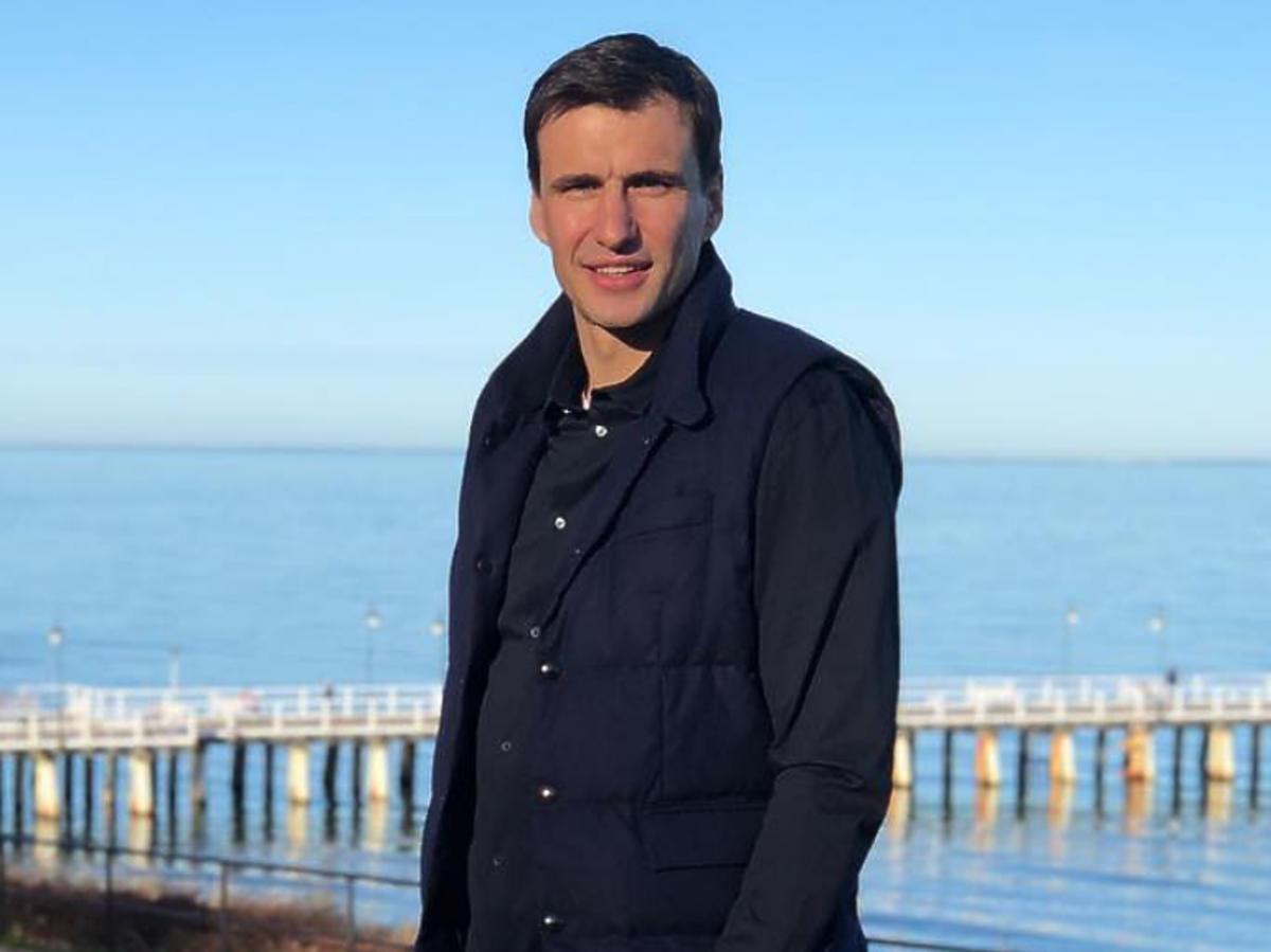 Jarosław Bieniuk w marynarce