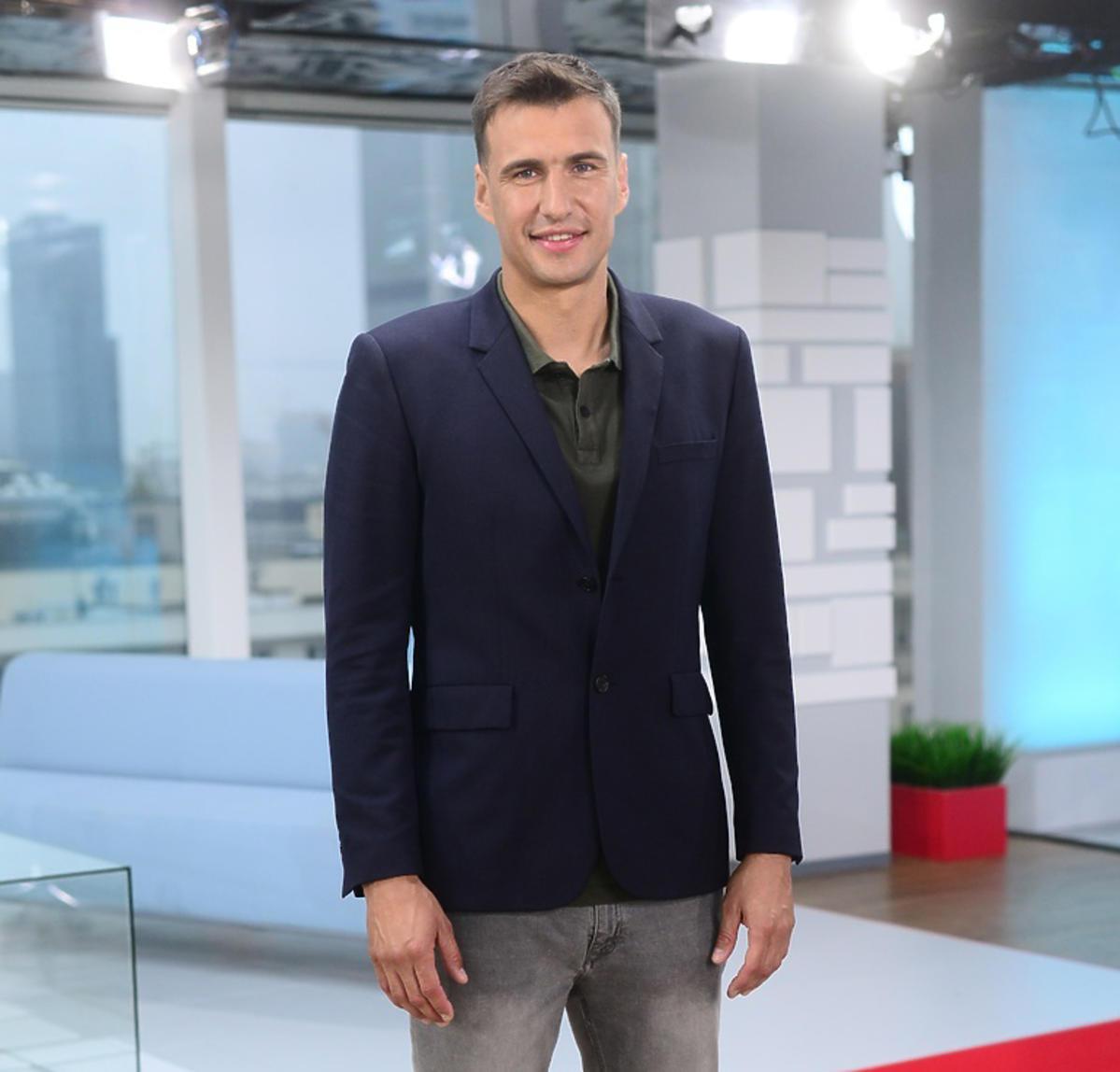 Jarosław Bieniuk w studiu telewizyjnym