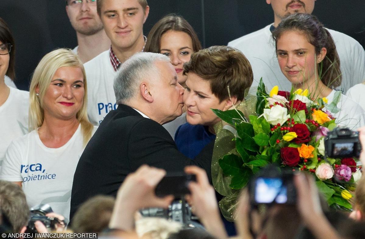 Jarosław Kaczyński całuje na scenie Beatę Szydło po wygranych wyborach