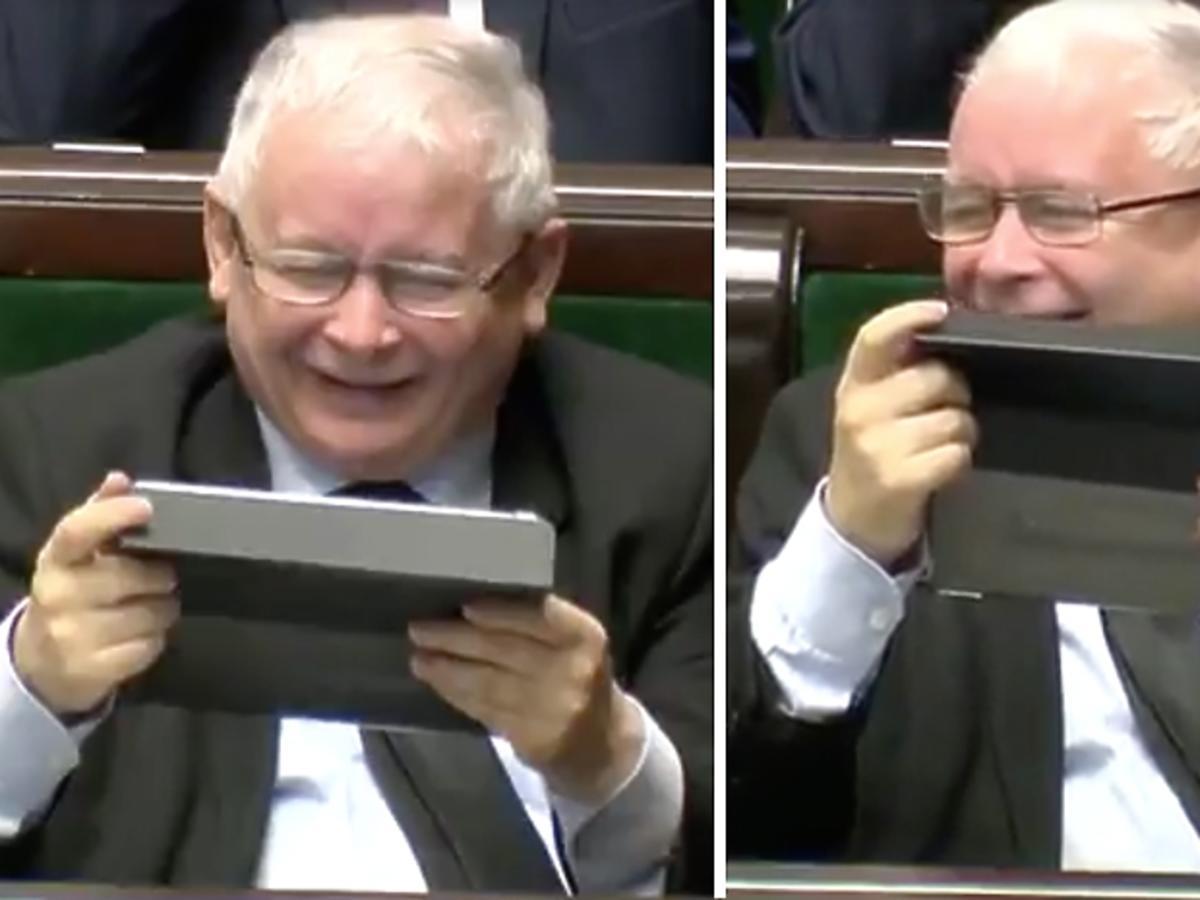 Jarosław Kaczyński śmieje się z tabletem
