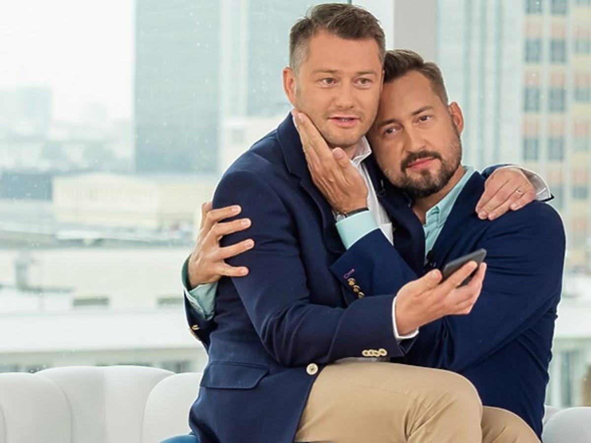 Jarosław Kuźniar siedzi na kolanach u Marcina Prokopa