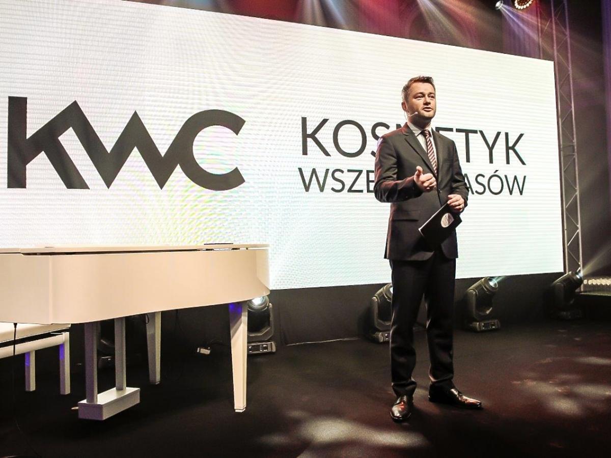 Jarosław Kuźniar w garniturze