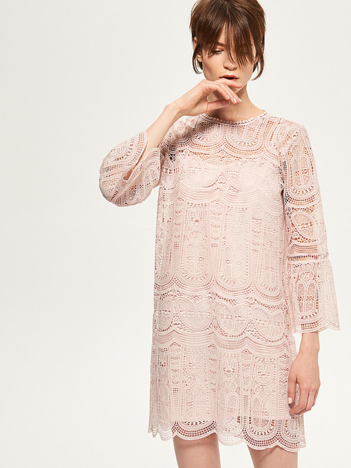 Jasnoróżowa, koronkowa sukienka, Reserved, 99,99 zł (ze 169,99 zł)