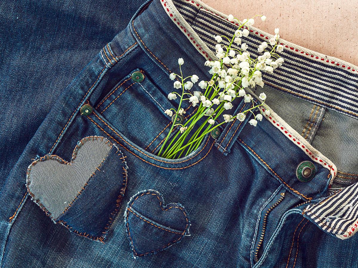 Jeansowe spodnie z naszywkami.