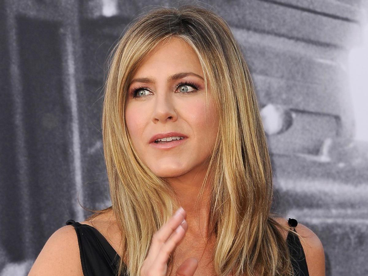 Jennifer Aniston w czarnej sukience