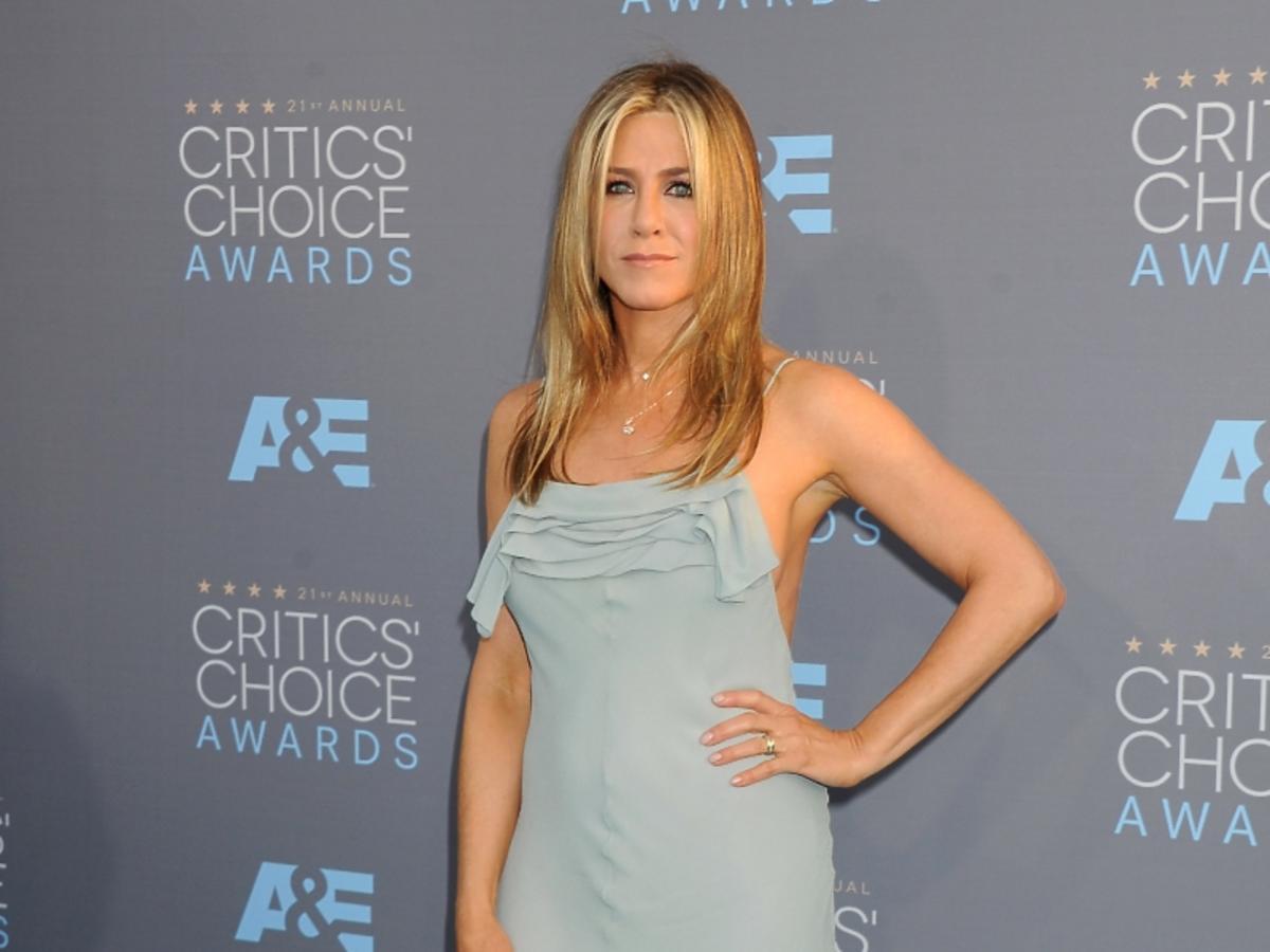 Jennifer Aniston w szarej sukni z rozporkiem z przodu