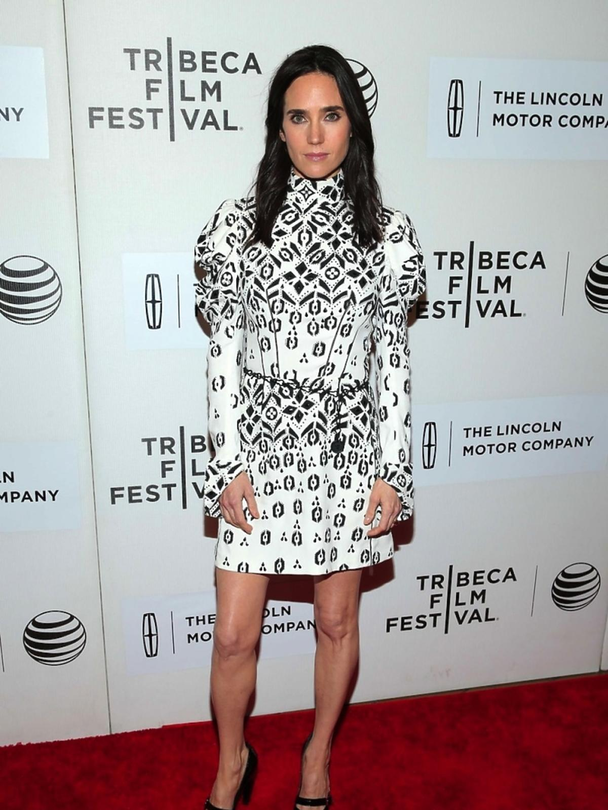 Jennifer Connelly  w sukni w czarno-białe wzory