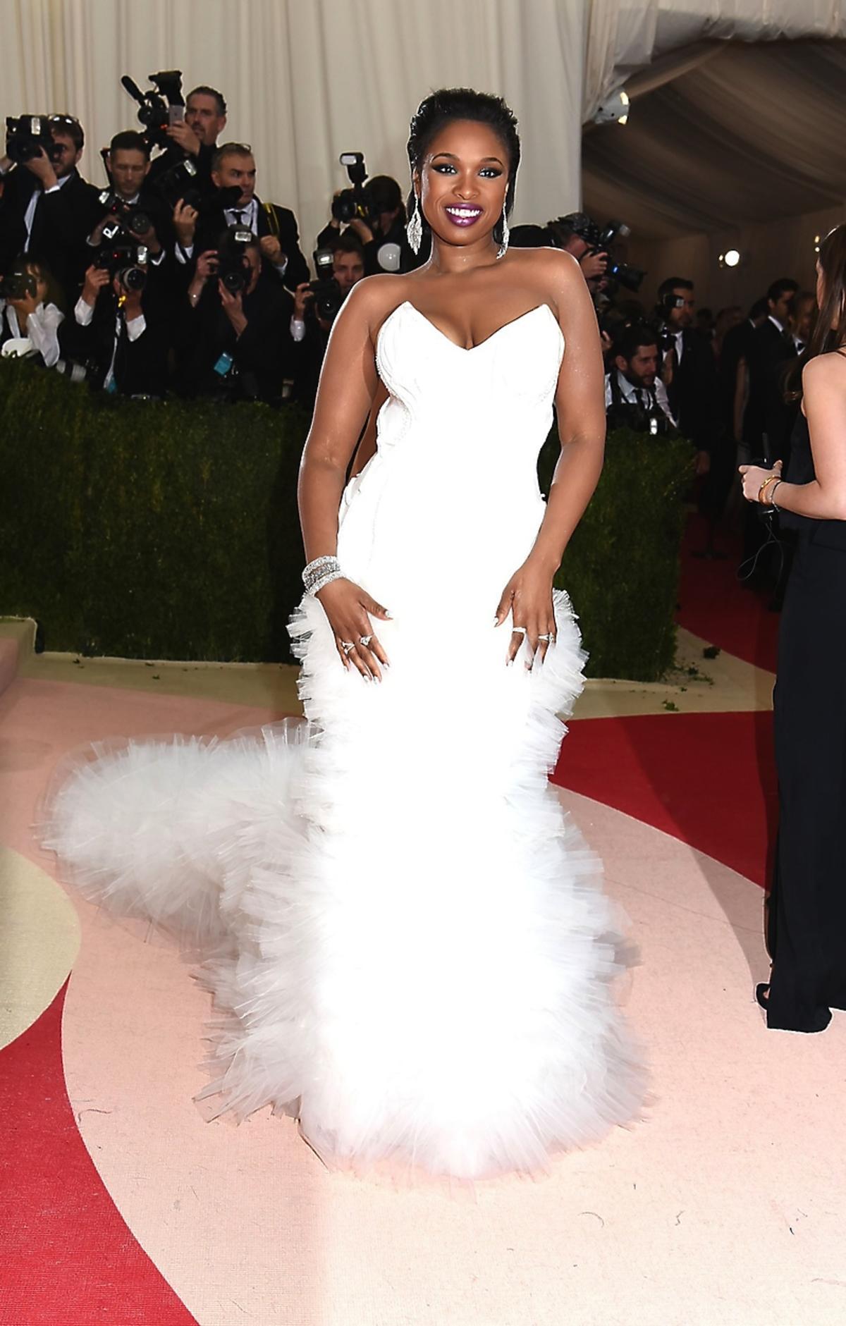 Jennifer Hudson w białej sukni z gorsetem