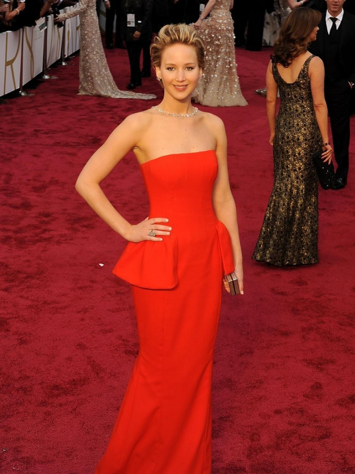 Jennifer Lawrence w cczerwonej sukni do ziemi
