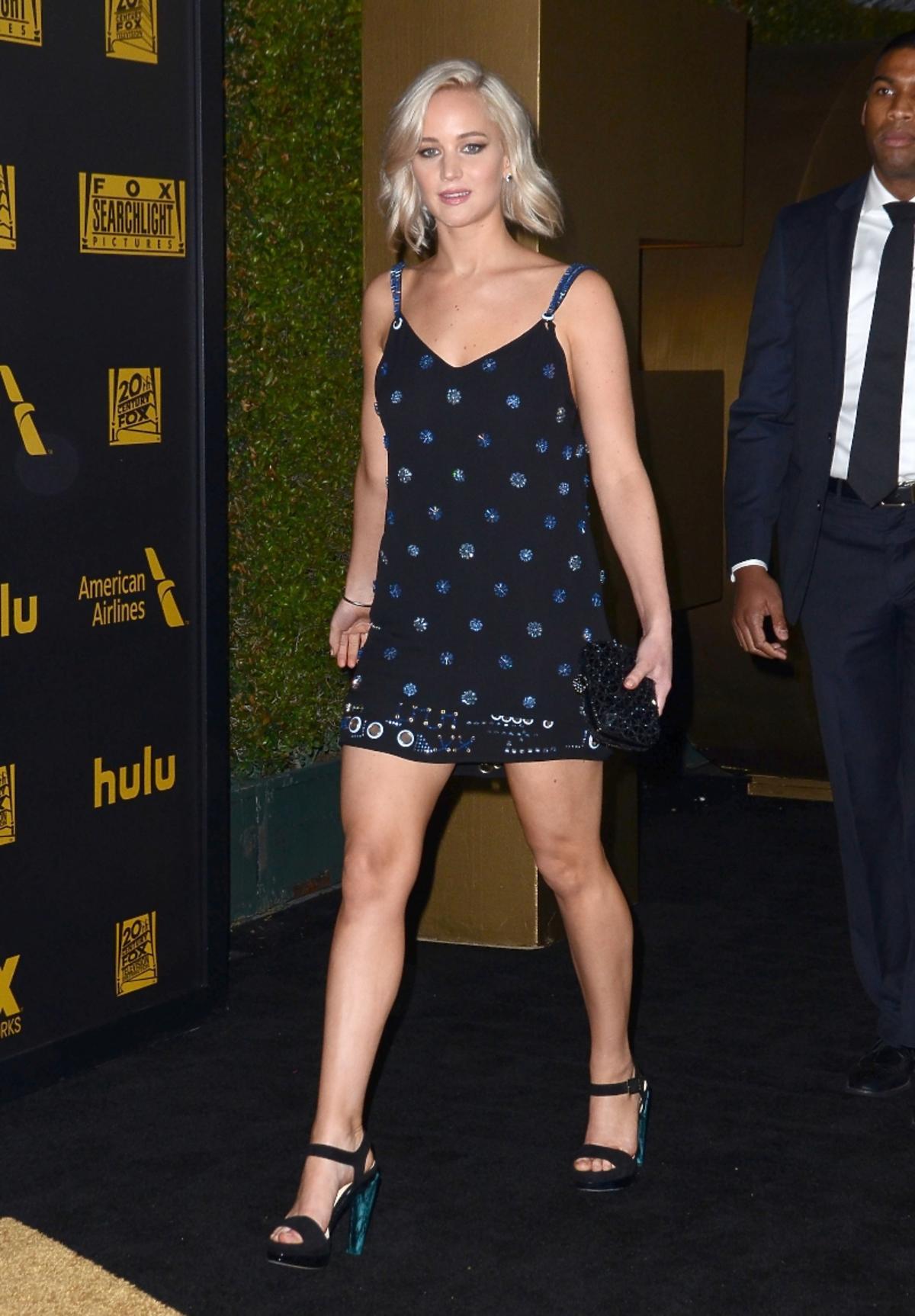 Jennifer Lawrence w czarnej sukience z błyszczącymi kropkami i sandałach