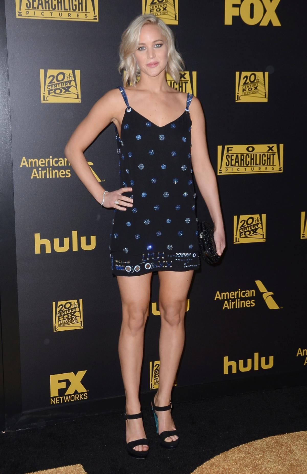 Jennifer Lawrence w czarnej sukience z niebieskimi kropkami pozuje na ściance