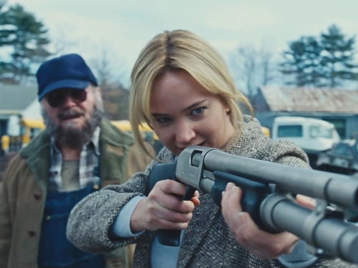Jennifer Lawrence ze strzelbą w filmie Joy