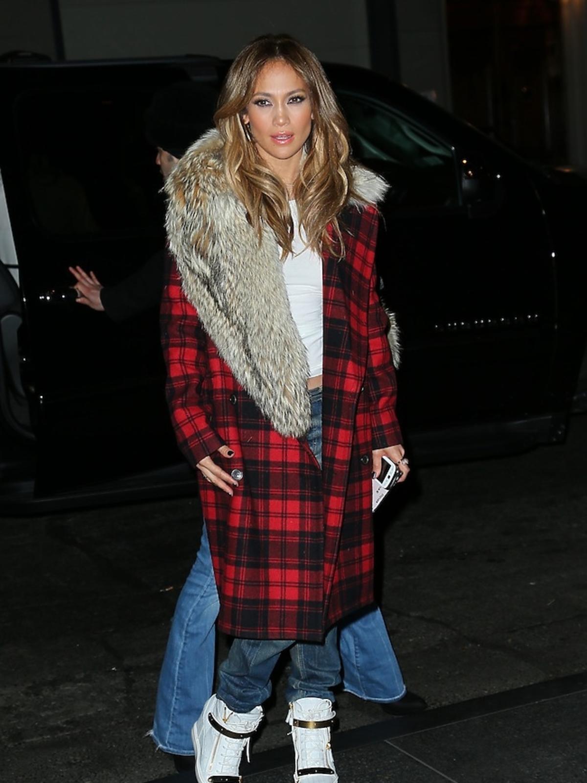 Jennifer Lopez w czerwonym płaszczu i adidasach