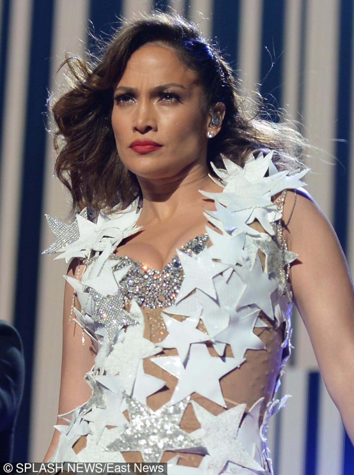 Jennifer Lopez w kostiumie w białe gwiazdy