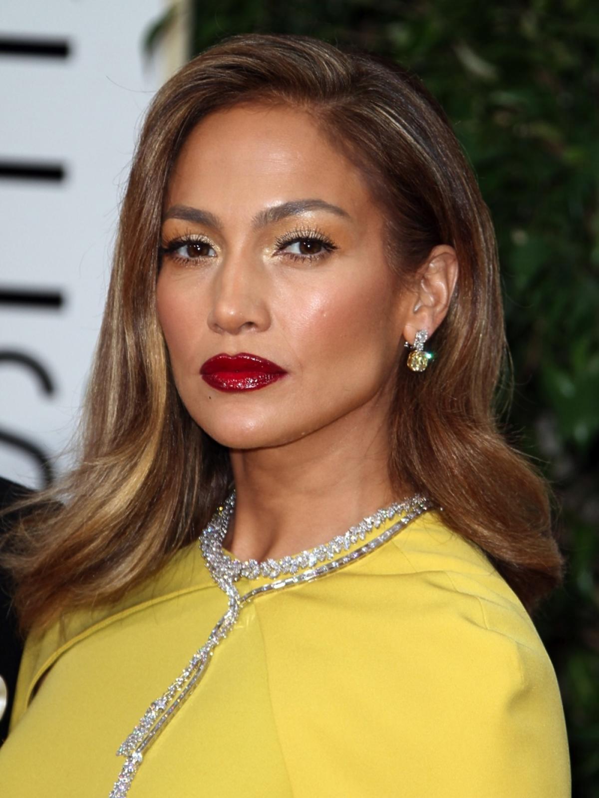 Jennifer Lopez w żółtej sukni z diamentową biżuterią