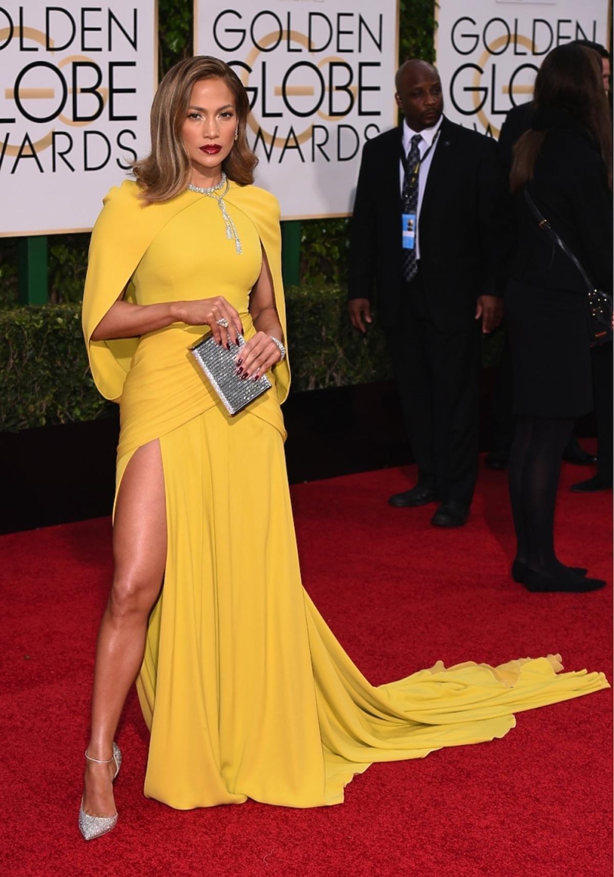 Jennifer Lopez w żółtej sukni z odsłoniętą nogą