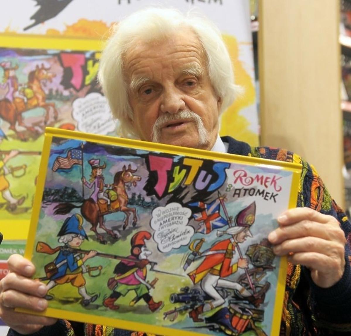 Jerzy Chmielewski trzyma komiks