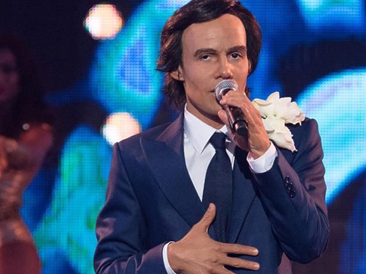 Jerzy Grzchnik z mikrofonem