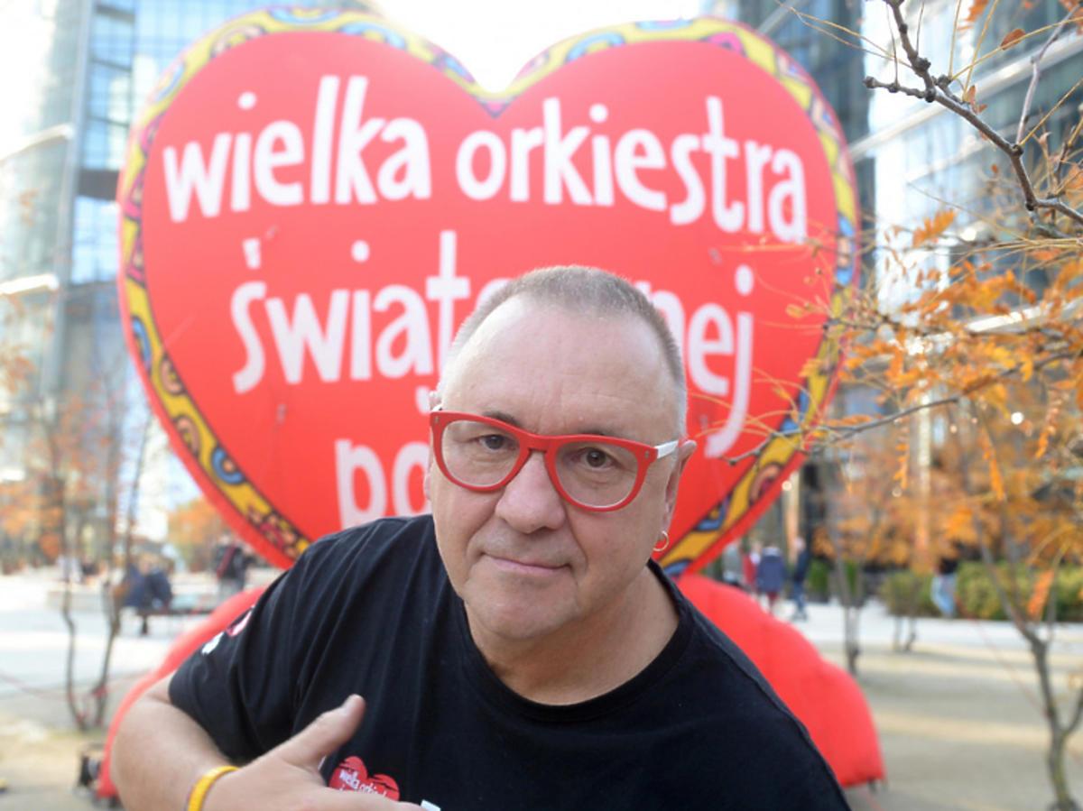 Jerzy Owsiak w czarnej koszulce z napisem